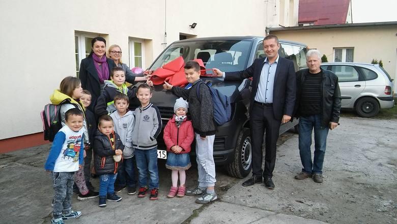 Dwa autobusy i dwa busy otrzymały placówki oświatowe i opiekuńcze na terenie powiatu sławieńskiego. Pojazdy zakupione zostały dzięki udziałowi Starostwa