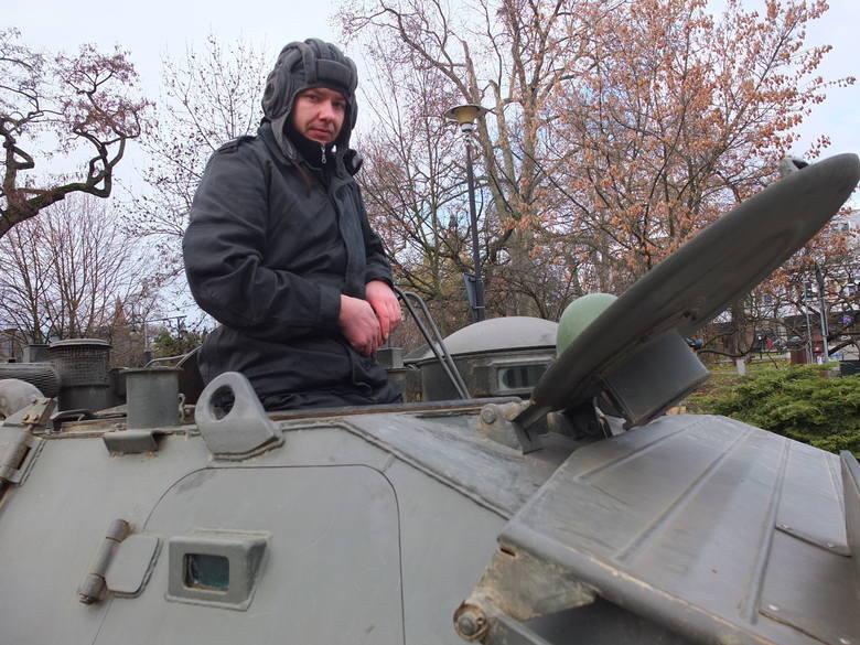 Muzeum Historii i Uzbrojenia przygotowało dziś dla opolan rekonstrukcję, przedstawiającą stan wojenny z grudnia 1981 roku. Na placu Wolności zaparkowały
