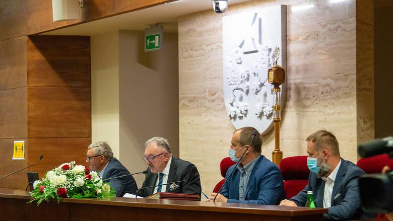 """W podjętej w maju 2019 roku uchwały sejmiku, Podkarpacie nie zostało ogłoszone """"strefą nieprzyjazną"""" czy """"strefą wolną"""" od LGBT. To wymysł lewicowych"""