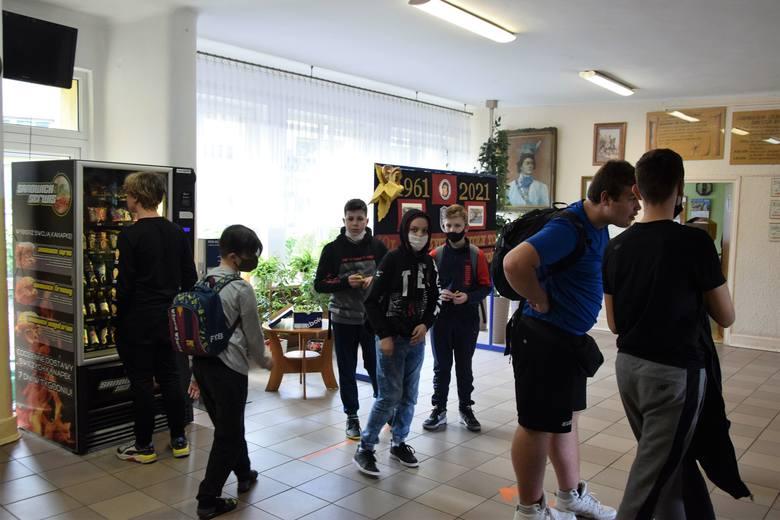 Świętokrzyscy uczniowie wrócili do szkół. Wszyscy się za sobą bardzo stęsknili, radość jest wielka (ZDJĘCIA, WIDEO)