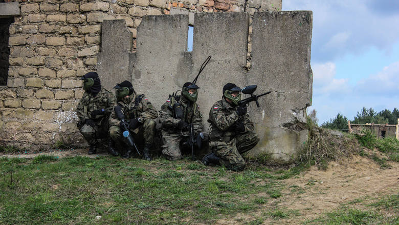 Podczas ostatniego szkolenia na poligonie miejskim Nowy Mur pod Wędrzynem żołnierze 7. batalionu Strzelców Konnych Wielkopolskich założyli na twarze