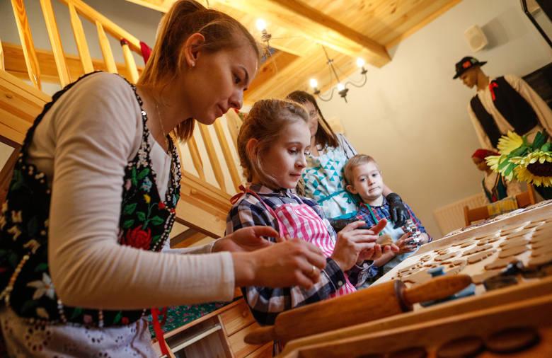 Anna Dzień, Brygida Flis, Elżbieta Pucia i Szymon Pucia robią pierniczki. - Robimy je z trzech rodzajów ciast.  Służą nam jako prezenty, ozdoby na choinkę
