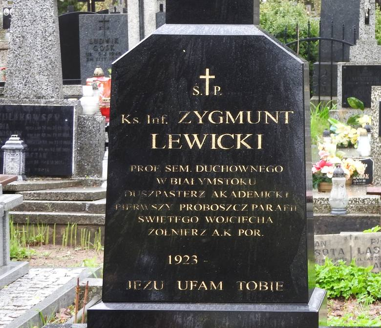 Tak wygląda grób ks. Zygmunta Lewickiego tydzień po pogrzebie. W niedzielę widok był jeszcze gorszy