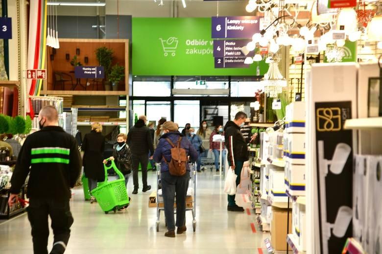 To pierwszy weekend po zdjęciu części obostrzeń w którym jest możliwe zrobienie zakupów w sklepie stacjonarnym. Wiele osób, które na najbliższy czas