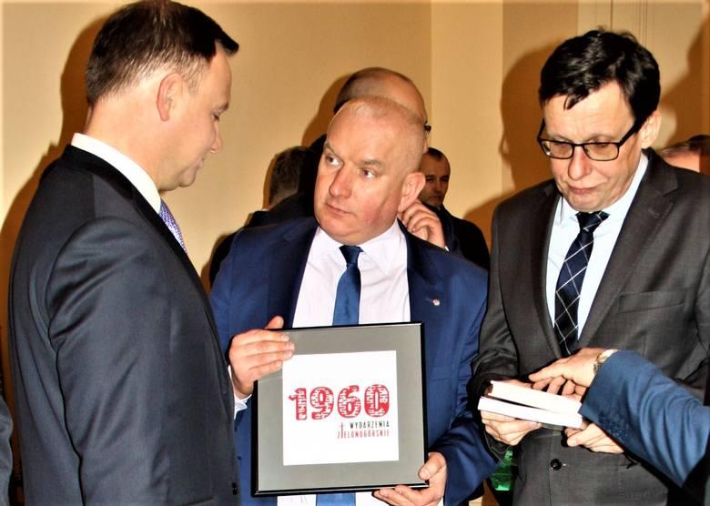 Spotkanie z prezydentem RP Andrzejem Dudą w Żaganiu, moment przekazania przez wicewojewodę Roberta Palucha i posła Asta książki o wydarzeniach zielonogórskich oraz zaproszenia na uroczystości.