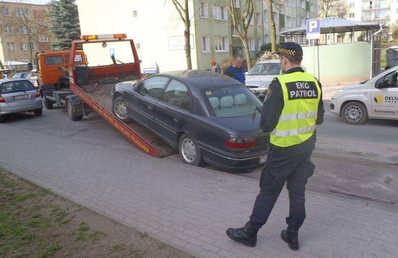 Jak zgłosić straży miejskiej porzucony samochód? Wrak można zgłosić poprzez formularz zgłoszeniowy dostępny na stronie internetowej straży miejskiej, telefonicznie: 986 (czynny całą dobę) oraz e-mailem: sm@um.poznan.pl.