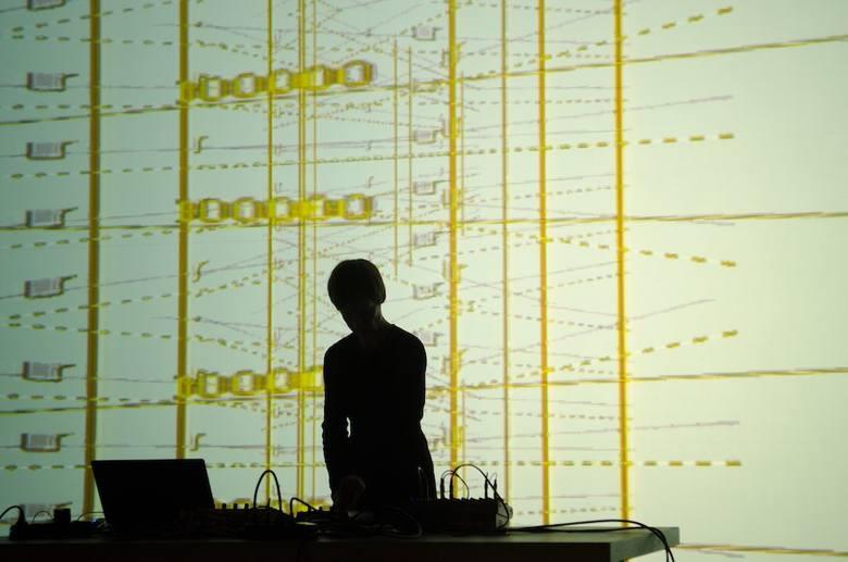 Koncert Amelie - artystki wykorzystującej dźwięki maszyn istniejącej szwalni i wizualizacji w oparciu o projekty ubrań - w Mózgu w sobotę (19.10.) o