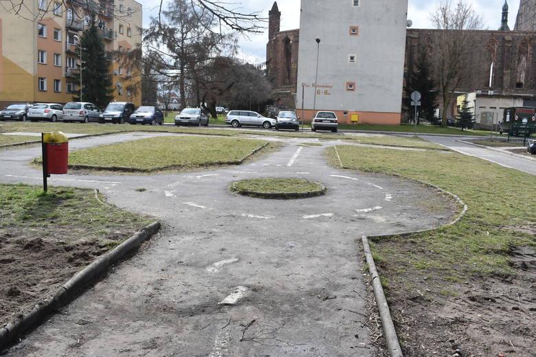 """Obok placu zabaw znajduje się stare """"miasteczko ruchu drogowego"""", które też mieszkańcy chcieliby odpowiednio zagospodarować. Może na"""
