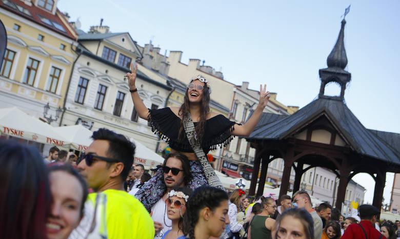 Wystartowały Juwenalia 2018 w Rzeszowie. Studenci spotkali się na Rynku i barwnym korowodem ruszyli przez miasto w stronę Miasteczka Politechniki Rzeszowskiej,
