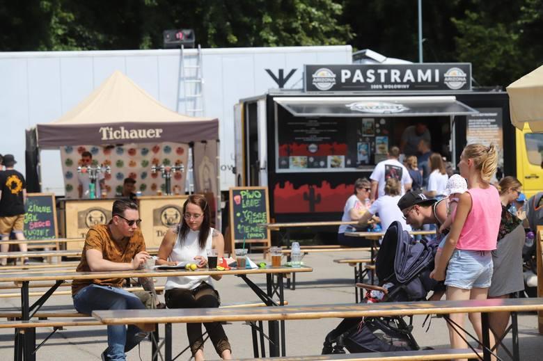 Foodtrucki w Sosnowcu w sobotę 1 sierpnia. Impreza Sosnowiec Summer Park odbywa się przez weekend w Parku Sieleckim Zobacz kolejne zdjęcia. Przesuwaj