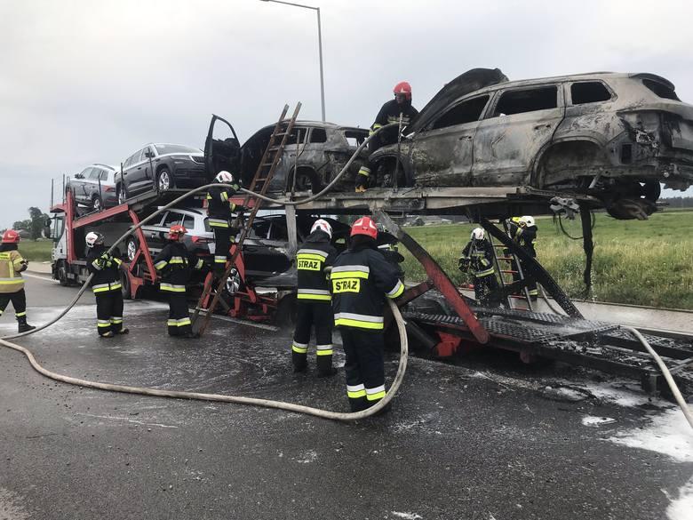 Dyżurny KP PSP w Augustowie otrzymał w środę około godziny 16.30 zgłoszenie o pożarze lawety przewożącej samochody osobowe. Zdarzenie miało miejsce na