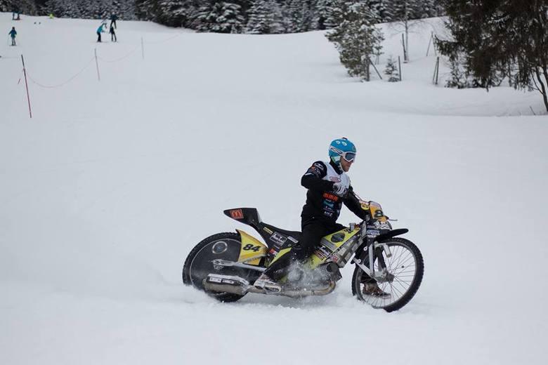 Martin Smolinski bawił się motocyklem w śniegach Bawarii.