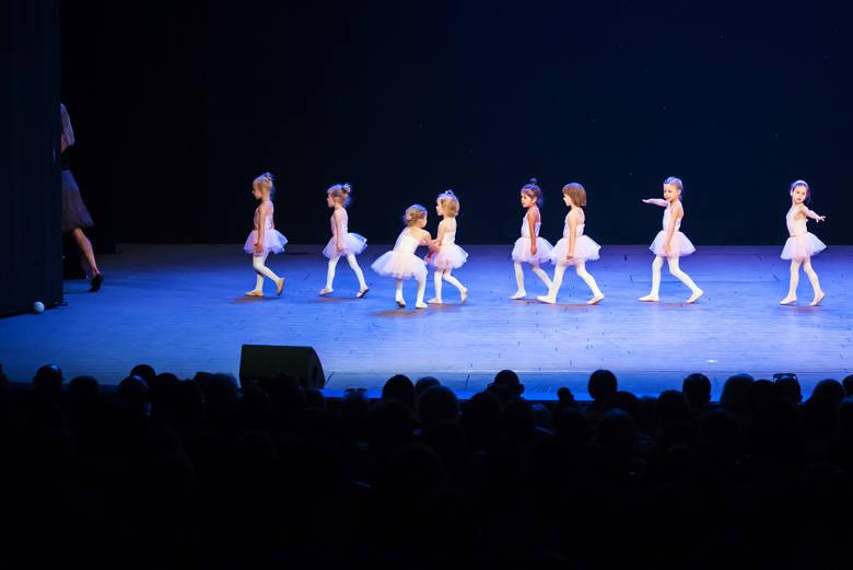 Zdjęcie pojedyncze - II miejsce w kategorii KULTURA I ROZRYWKAWarszawa. Najmłodsze adeptki Teatralnej Akademii Musicalu TAM podczas prezentacji – pierwszy