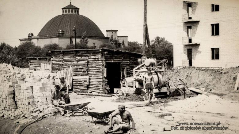 Przed budynkiem szkoły przy ulicy Sienkiewicza w 1949 roku