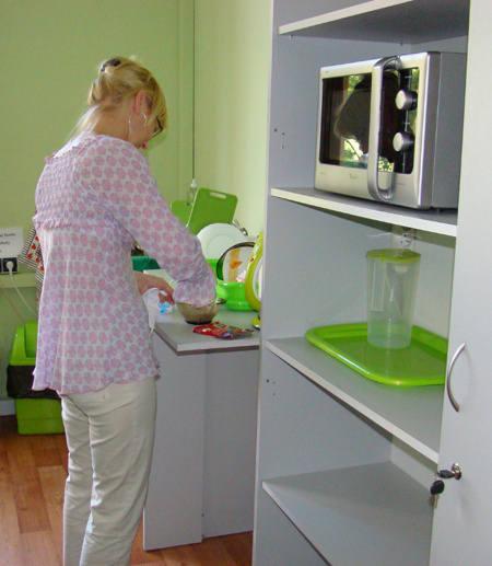 Pokój do posiłków wyposażony został w sprzęt kuchenny<br>i naczynia.