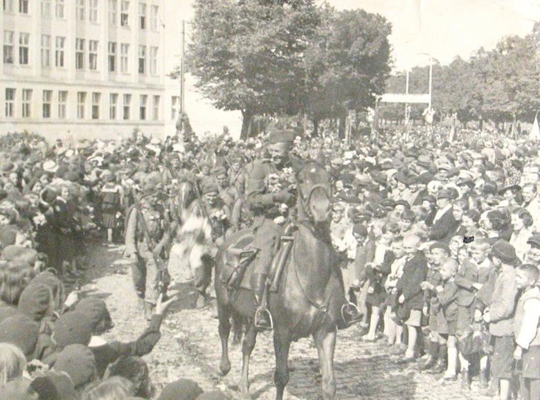 Owacyjne powitanie żołnierzy wracających z manewrów w 1936 r.. Na koniu ojciec naszego Czytelnika, kpt. Kazimierz Grabowski - zginie w Katyniu