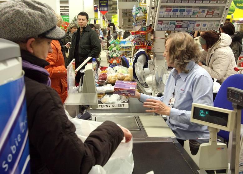 Ile zarabia kasjerka w Biedronce, Lidlu, Auchan, Kauflandzie? Zobaczcie, czy wynagrodzenie jest adekwatne do pracy. Oto lista zarobków w jednych z największych