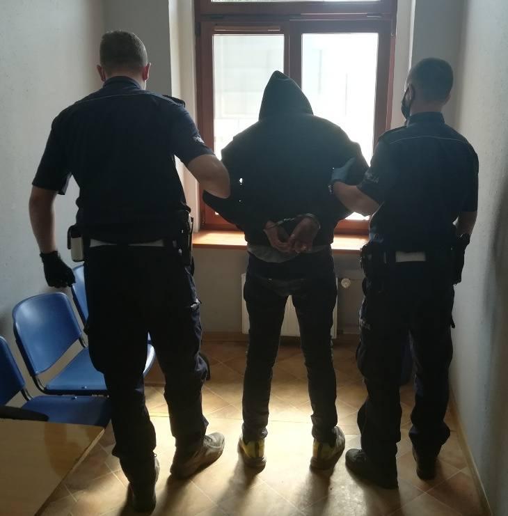 Policjanci złapali kierowcę po pościgu. Grozi mu do 5 lat więzienia.
