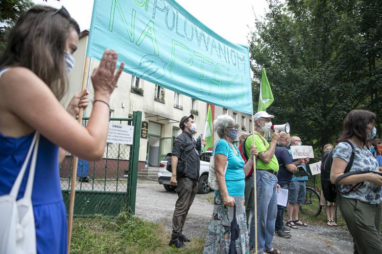 """Protest pod siedzibą Związku Łowieckiego. """"Stop polowaniom na ptaki, niech lecą!"""""""