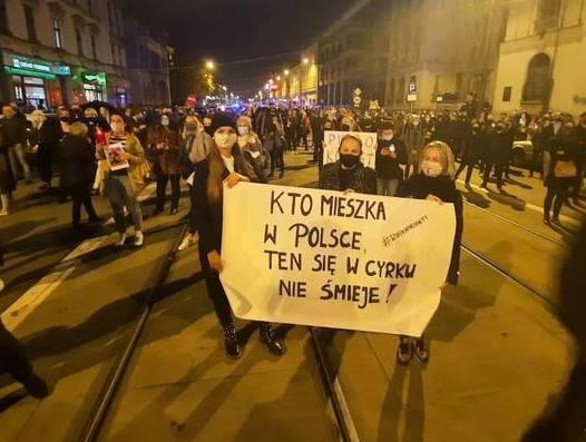 Najlepsze hasła protestujących kobiet.KLIKNIJ W STRZAŁKĘ, ŻEBY PRZEJŚĆ DALEJ >>>>