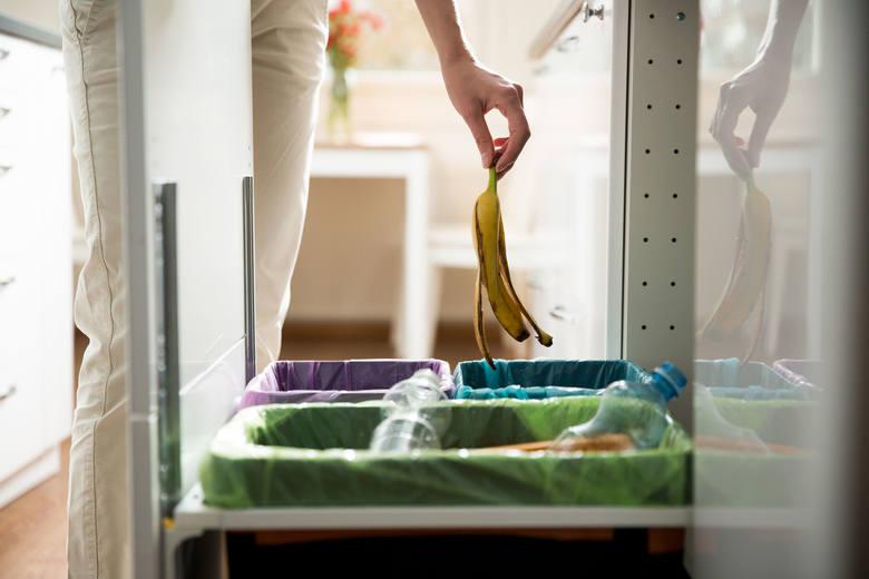 Miejsce – kuchnia, łazienka, a nawet przedpokój: tu możesz ustawić kosze na śmieci takie jak papier, plastik czy szkło. Nie wprowadzają do mieszkania