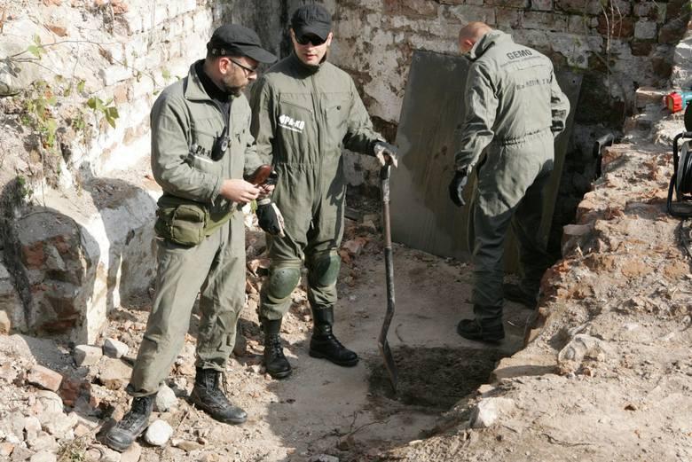 Zanim odkrywcy weszli do tunelu, musieli usunąć stertę gruzu. Znaleźli w niej rozbite butelki z XVII lub XVIII wieku. Odkrywców asekurowali strażacy i saper. Przed wejściem do tunelu nałożyli maski przeciwgazowe, zabrali też czujniki kontrolujące zawartość tlenu.