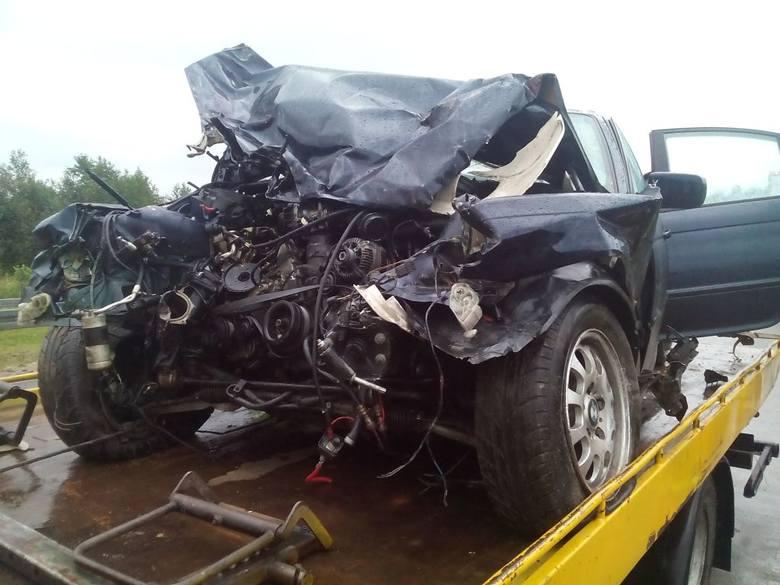 23-letni kierujący bmw, jadąc w kierunku Grajewa, stracił panowanie nad pojazdem i zjechał na lewy pas uderzając w barierę energochłonną. Następnie pojazd