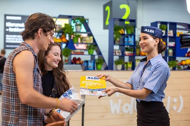 Na lotnisku w Katowicach-Pyrzowicach sieć sklepów Aldi wprowadziła specjalną akcję. Na przylatujących turystów czekają hostessy z paczkami