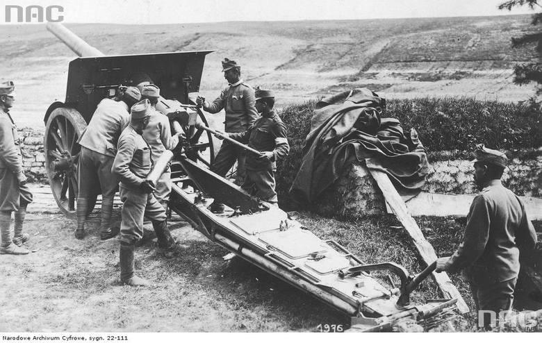 Żołnierze austro-węgierscy obsługujący haubicę kalibru 100 mm, między 1914 a 1918.