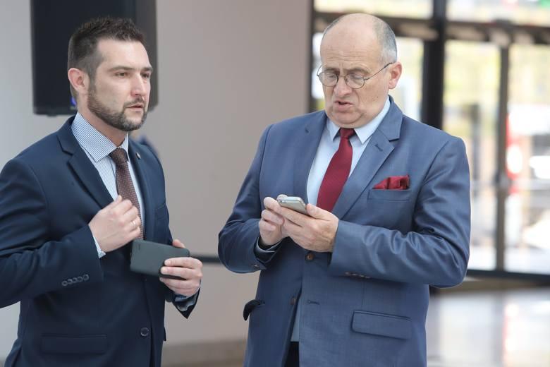 Premier Mateusz Morawiecki w asyście ministrów, wojewody łódzkiego, marszałka województwa łódzkiego i łódzkich parlamentarzystów zaprezentował na dworcu
