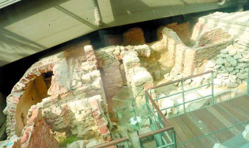 Eksponowanie wykopalisk pod szkłem jest na świecie znane. W Brukseli można tak oglądać mury klasztoru Franciszkanów (na zdj.)