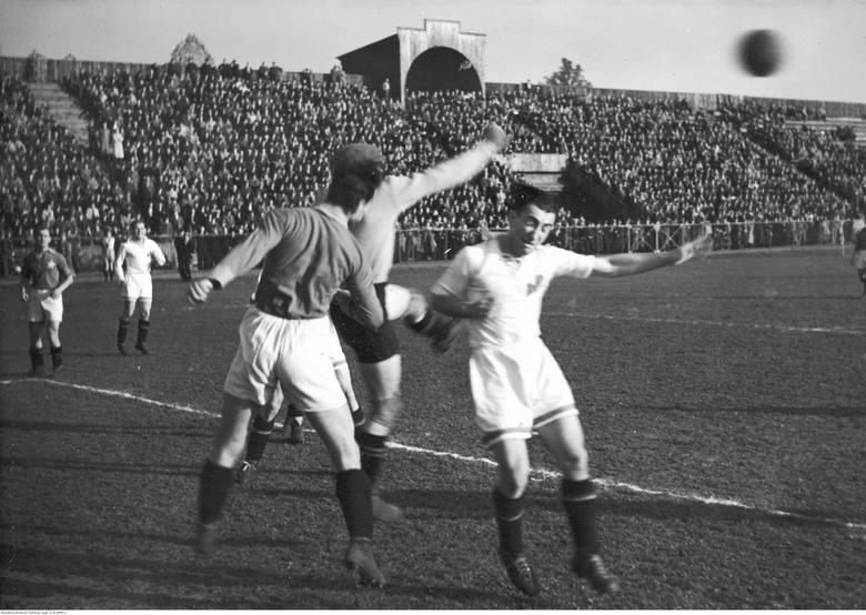 Mecz piłki nożnej Amatorski Klub Sportowy Chorzów - Wisła Kraków w ChorzowieFragment meczu. Akcja pod bramką Wisły. Widoczny bramkarz Jerzy Jurowicz