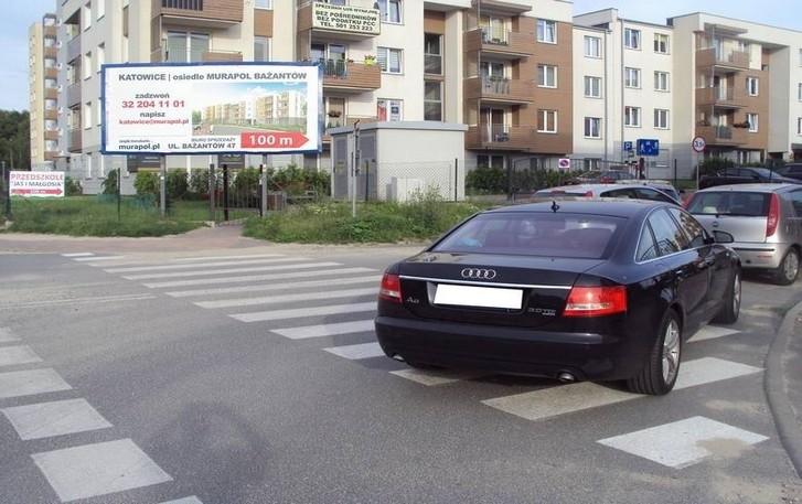 3c86813562e67 Mistrzowie parkowania w Katowicach na przejściu i chodniku ZDJĘCIA