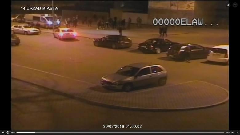 Zdjęcie przedstawia jedną z tegorocznych interwencji na parkingu na tyłach ratusza