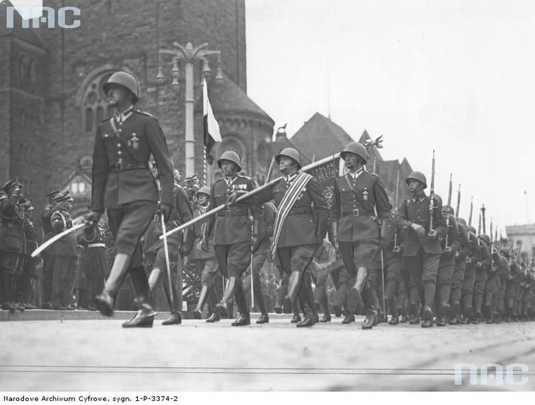 Oddział piechoty podczas defilady na ulicach miasta, 1936 rok.