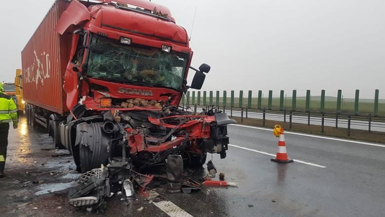 Wypadek na A1! W Lisewie zderzyły się dwa ciągniki, rozsypały się buraki. Dwie osoby poszkodowane [zdjęcia]