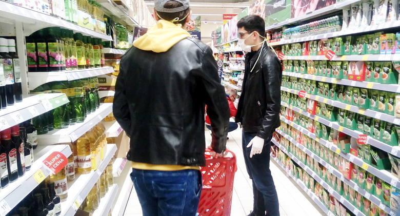 W sklepach jest mniej osób. Za to na zewnątrz tworzą się często gigantyczne kolejki. W wielu miejscach pojawiły się tabliczki z ważnymi komunikatami