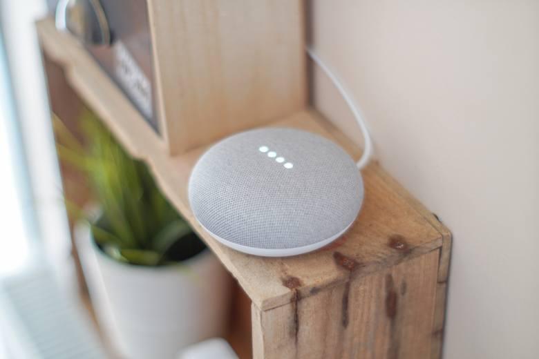 Inteligentne, sterowane głosem urządzenia coraz śmielej wkraczają w nasze życie – już dziś można za pomocą kilku słów opuścić rolety w oknach, włączyć
