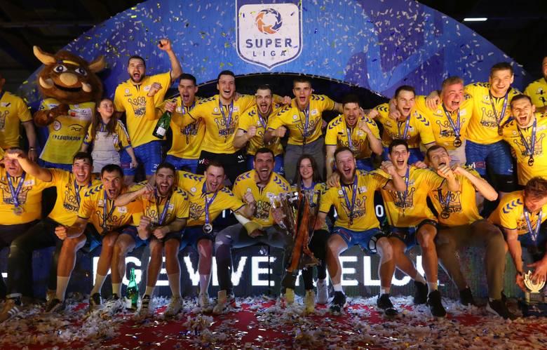 Piłkarze ręczni PGE VIVE Kielce pokonali Orlen Wisłę Płock 32:25 i zdobyli swój 16. tytuł mistrza Polskl. Zobacz zdjęcia z dekoracji.