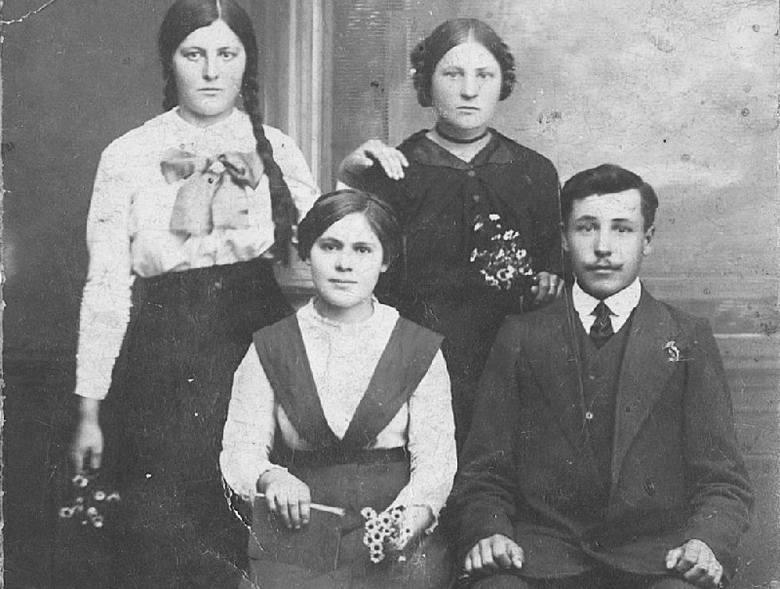 Rok 1918. Ojciec pana Bolesława Grzegorz Szpryngiel z siostrami Dominiką i Heleną. Na zdjęciu siedzi nieznana panu Bolesławowi kobieta.