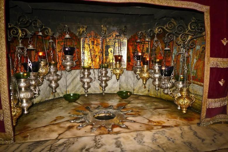 Betlejemskie Światło Pokoju - coroczna skautowa i harcerska akcja przekazywania przed Świętami Bożego Narodzenia symbolicznego ognia, zapalonego w Grocie