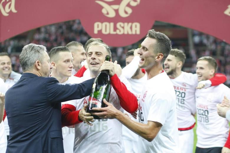 Tradycją stało się już, że polscy piłkarze świętują na murawie po spotkaniu, w którym wywalczyli awans na turniej finałowy piłkarskiej imprezy. Przed