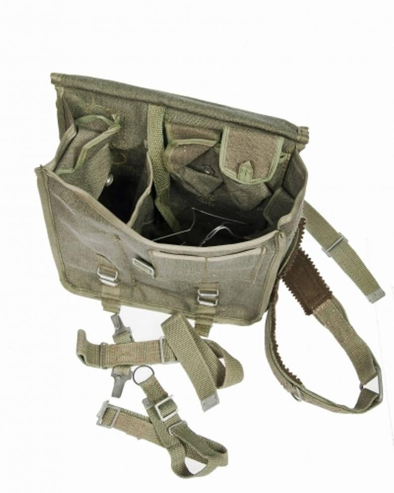 Torba posiada jedną komorę główną podzieloną na dwie części, cztery kieszonki wewnętrzne zapinane na guziki oraz dwie kieszonki zewnętrzne ukryte pod