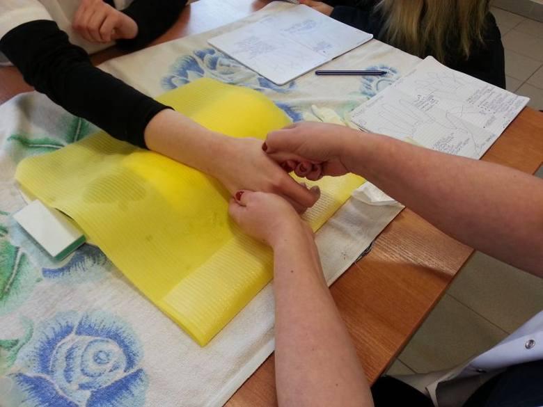 Więźniarki z Zakładu Karnego nr 1 w Łodzi uczą się jak malować paznokcie i dbać o dłonie [ZDJĘCIA]