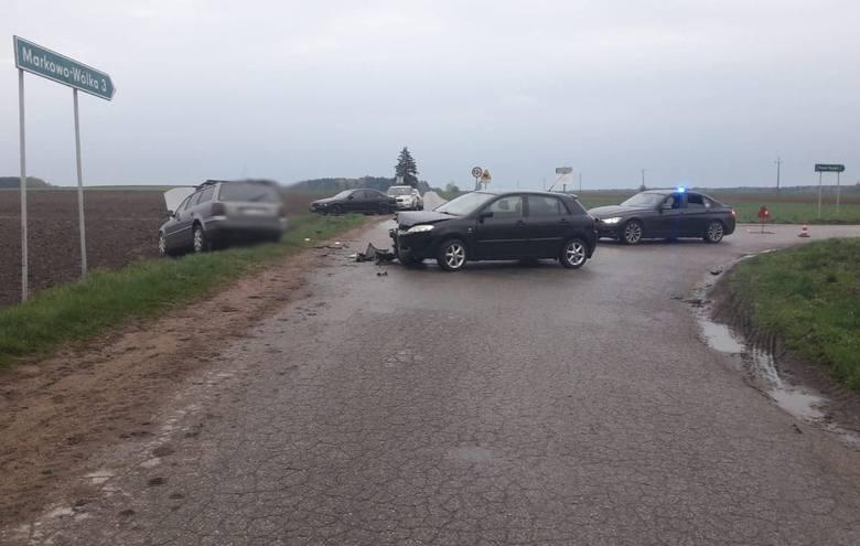 Wypadek na skrzyżowaniu Tybory Żochy - Markowo Wólka. Zderzenie toyoty i volkswagena. Jedna osoba ranna