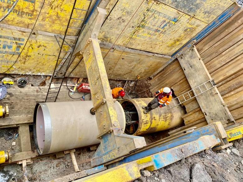 Widać już konstrukcje tunelu pod torami kolejowymi, drugi powstanie wkrótce przy ul. Konopnickiej. Wizualizacje pokazują, jak wszystko będzie wyglądało