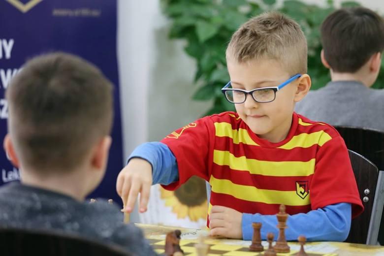 Oskar to radosny i pełen energii chłopiec. Lubi sport i dużo się śmieje. Ale kiedy siada do szachów jest poważny i skupiony.
