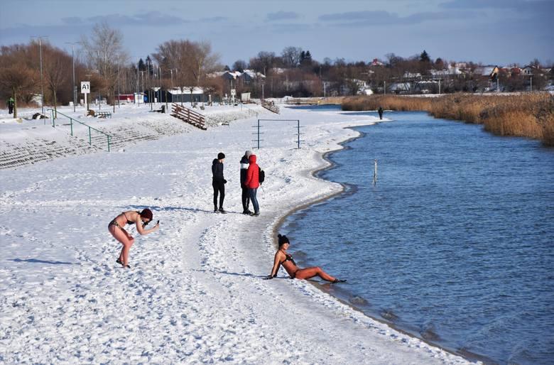 Jezioro Tarnobrzeskie zachwyca nawet zimą. W słoneczną niedzielę spotkaliśmy tutaj spacerowiczów, którzy podziwiali śnieżny krajobraz. Dzieci bawiły