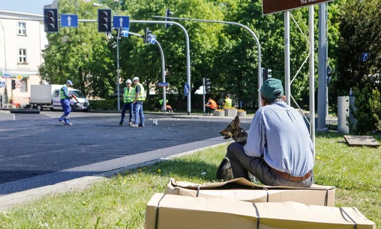 Wykonawca prac na placu Śreniawitów w Rzeszowie w pierwszym etapie zajął się zdjęciem starego asfaltu, a następnie położeniem dwóch nowych warstw.Do