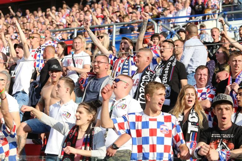 Na trzy godziny przed meczem Górnik poinformował, że sprzedano już wszystkie bilety. Ze względu na brak kibiców Wisły Kraków zabrzańscy fani mogli zająć